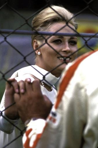 Faye Dunaway holding hands through a chain link fence Photo Print