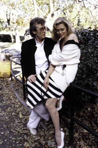 Faye Dunaway and Terry O'Neil in a park Photo Print