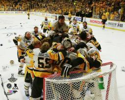 The Pittsburgh Penguins celebrate winning Game 6 of the 2017 Stanley Cup Finals Photo Print PFSAAUE20801